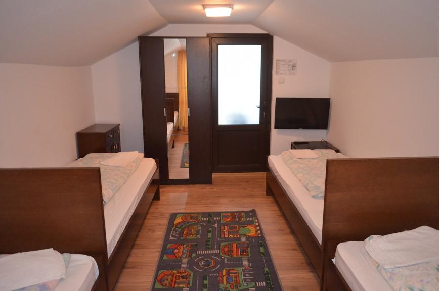 camera nr.3 - camera cvadrupla cu baie proprie