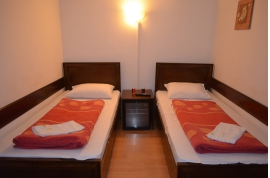camera nr.2 - camera dubla cu baie la comun