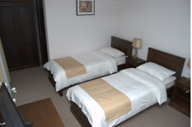 CAMERA NR.5 - camera tripla (2 locuri + canapea extensibila) cu baie proprie