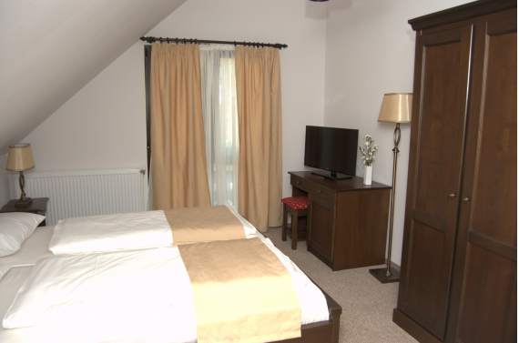 Triple room (No. 7) with private bathroom and jacuzzi