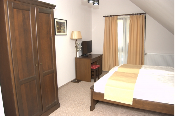 Triple room (No. 8) with private bathroom and jacuzzi