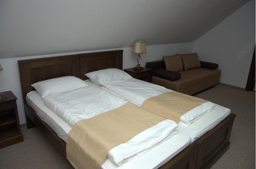 CAMERA NR.8 - camera tripla (2 locuri + canapea extensibila) cu baie proprie + jacuzzi